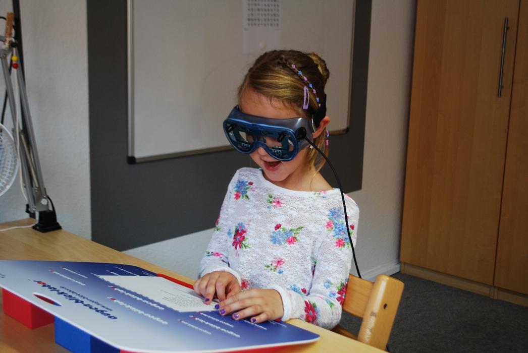 Augenoptisches und optometrisches Zentrum Optik Mattern - Ihr Optiker in Wiesloch und Sandhausen. Bei Optik Mattern können mit dem ReadAlyzer dynamische Vorgänge wie das Lesen erfasst und die Lesefähigkeit detailliert gemessen und analysiert werden.