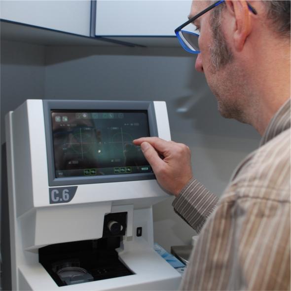 Augenoptisches und optometrisches Zentrum Optik Mattern - Ihr Optiker in Wiesloch und Sandhausen. Glasbearbeitung mit modernsten Geräten in der eigenen Werkstatt.
